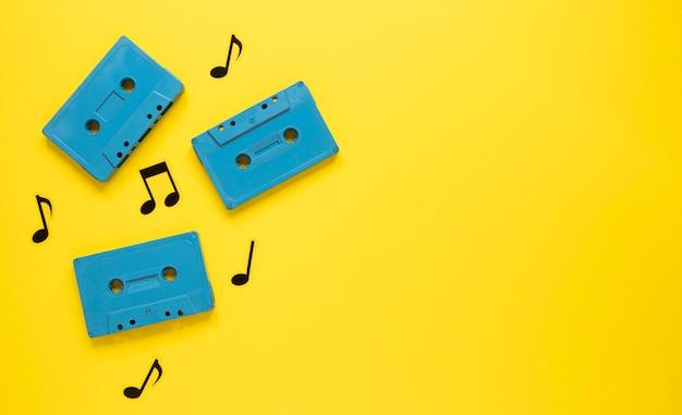 Radio concept met vintage blauwe cassettes