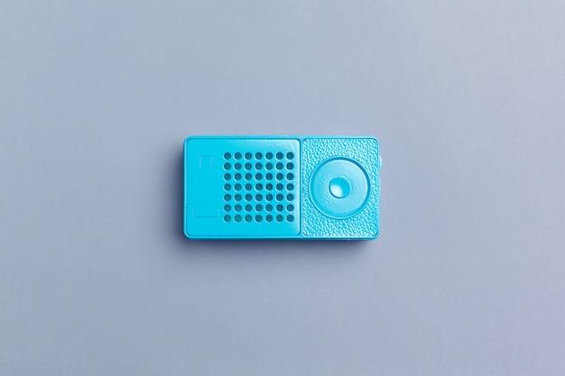Radio-ontvanger op kleur achtergrond