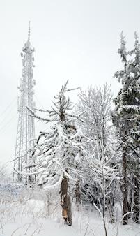 Radiocommunicatie l toren op mistige winter bergtop
