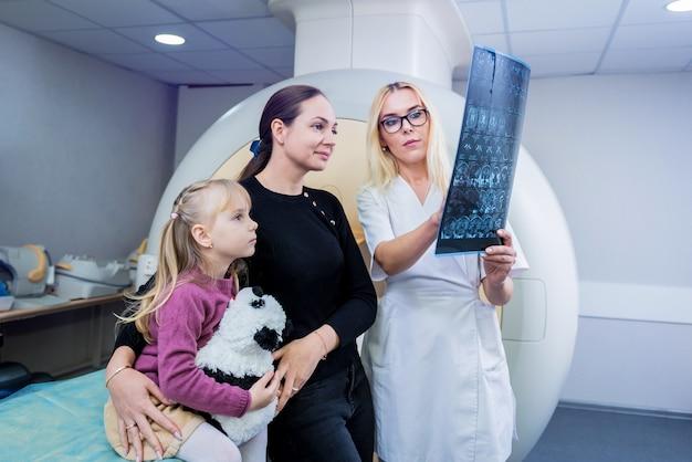 Radioloog met patiënten die een mri-scan onderzoeken