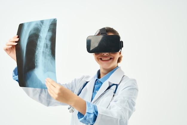 Radioloog met röntgentechnologie voor virtual reality-brillen