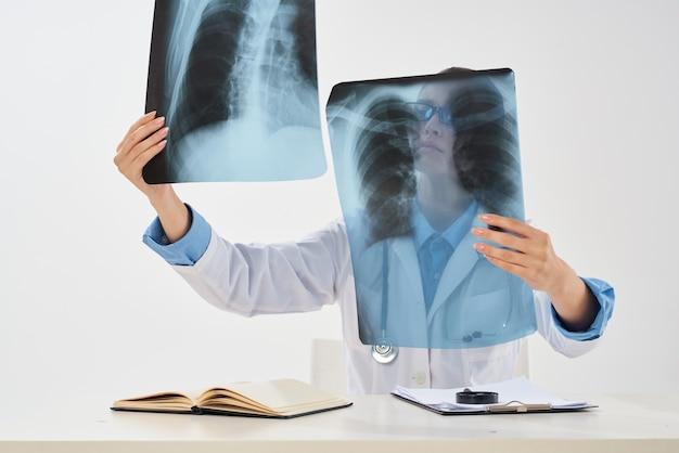 Radioloog zittend aan tafel xray diagnostiek behandeling