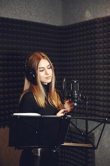 Radiopresentator gebaren tijdens het opnemen van podcast in radiostudio.