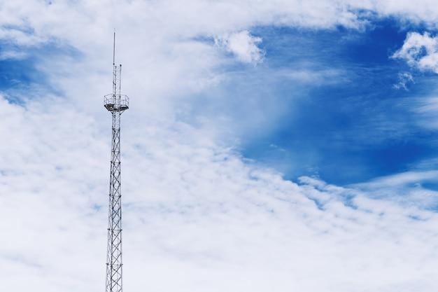 Radiosignaalcommunicatietoren op dramatische blauwe hemel met ruimte voor tekst