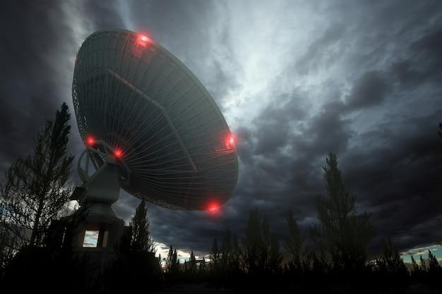 Radiotelescoop, een grote satellietschotel tegen de nachtelijke hemel, volgt de sterren. technologieconcept, zoeken naar buitenaards leven, afluisteren van ruimte. gemengd medium, kopieer ruimte.