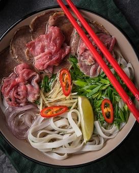 Ð ¢ raditional vietnamese soep pho bo. aziatisch voedselconcept. bovenaanzicht.