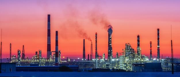 Raffinaderijfabriek bij zonsondergang