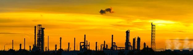 Raffinaderijfabriek en olieopslagtank