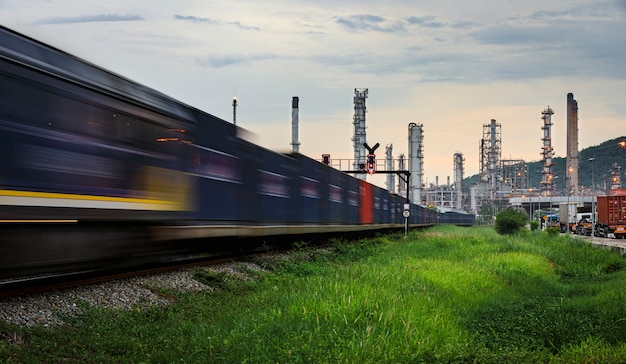 Raffinaderijolie en aardolie-industrie fabriekszone en containers