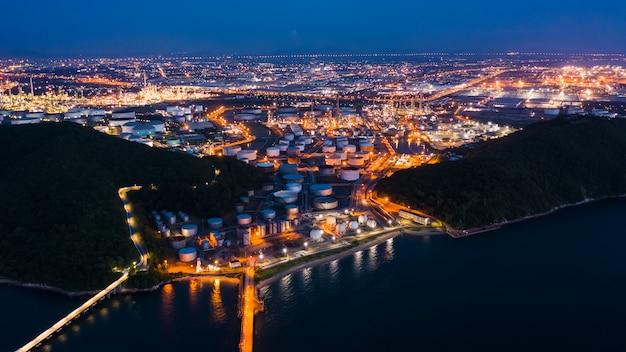 Raffinaderijolie en aardoliezone bij nacht in thailand