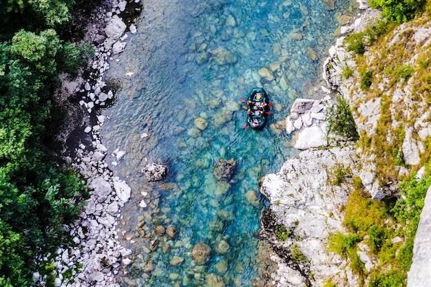 Raften langs de bergrivier tara, uitzicht vanaf de brug