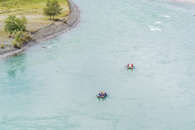 Rafters raften op een bergrivier katun-rivier in het altai-gebergte in de herfst