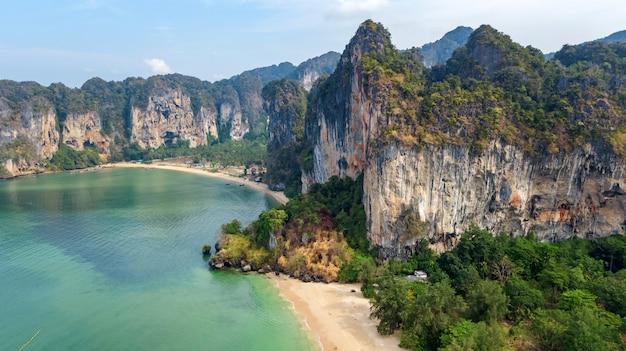 Railay-strand in thailand, provincie krabi, luchtfoto van tropische railay- en pranang-stranden met rotsen en palmbomen, kustlijn van de andamanse zee van bovenaf
