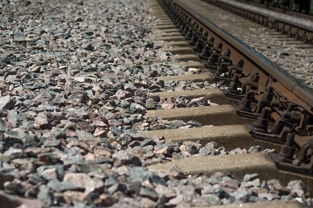 Rails en betonnen dwarsliggers close-up