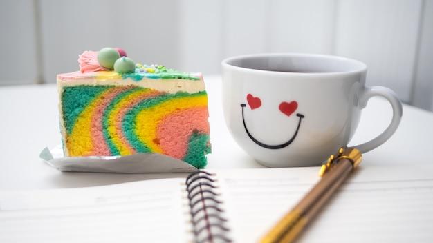Rainbow cake crème en boek, pen, mobiel worden geplaatst