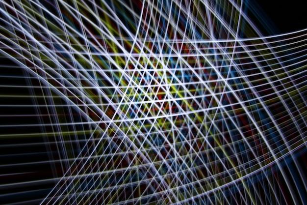Rainbow color light beweegt rond bij een lange belichtingstijd die in het donker is opgenomen.