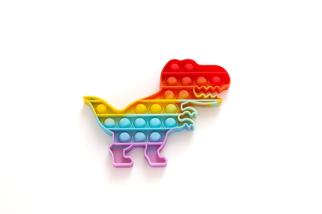 Rainbow pop it fidget speelgoed op witte achtergrond. antistress kinderspel. trendy siliconen speelgoed voor kinderen knalt het om stress te verlichten en handmotorische vaardigheden te ontwikkelen. kleurrijk handstuk speelgoed met duwbellen.