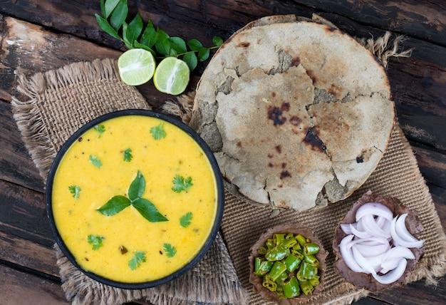 Rajasthani en gujarati traditionele keuken kadhi of bajra roti