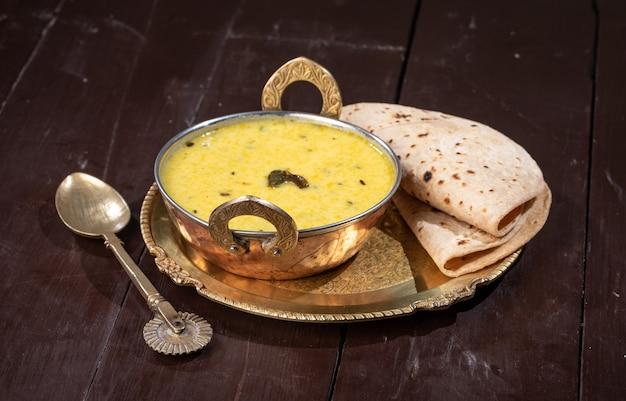 Rajasthani traditionele kadhi sogra-gerechten worden in rajasthan gegeten tijdens het winterseizoen, kadhi wordt gemaakt van wrongel en grammeel en sogra-brood wordt gemaakt van gierst.