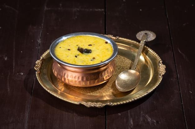 Rajasthani traditionele kadhi sogra-gerechten worden tijdens het winterseizoen in rajasthan gegeten
