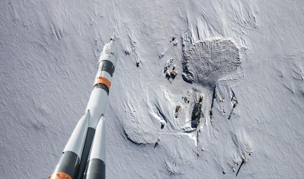 Raket die over de aardewolken vliegt in ruimte, elementen van dit die beeld door nasa wordt geleverd