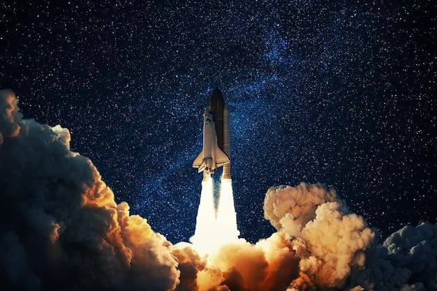 Raket stijgt op in de sterrenhemel
