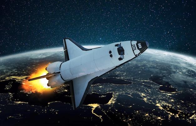 Raket vliegt op een sterrenhemel