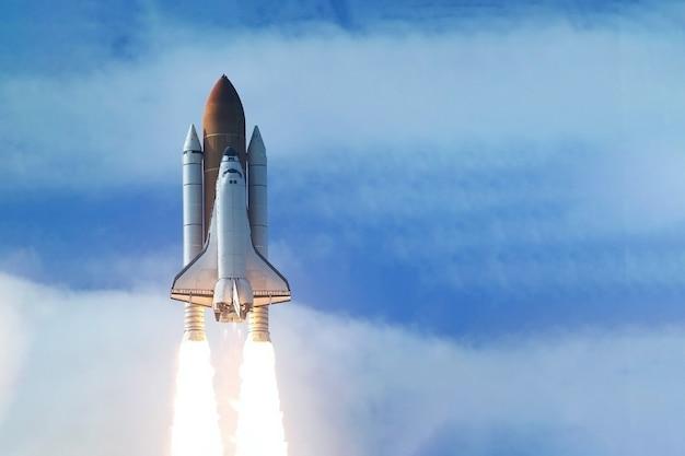 Raketlancering in open ruimte. elementen van deze afbeelding zijn geleverd door nasa. hoge kwaliteit foto