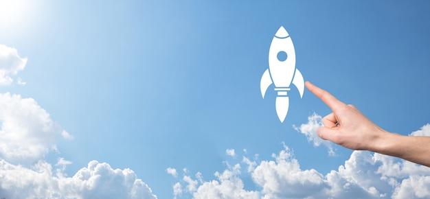 Raketpictogram dat opstijgt, lancering op blauwe achtergrond. raket lanceert en vliegt eruit, start op