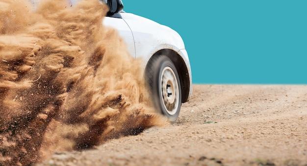 Rally auto snelheid in onverharde weg