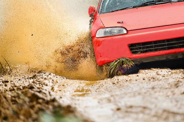 Rallyauto in onverharde weg