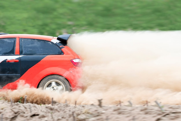Rallyauto op onverharde weg