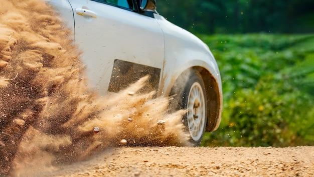 Rallyraceauto die op onverharde weg afdrijft