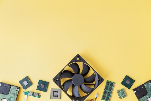 Ram so-dimm, cpu, ventilator, usb, wi-fi-module, harde schijven op de gele achtergrond met kopie ruimte