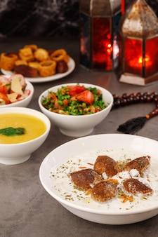 Ramadan arabisch familiediner traditioneel arabisch eten close-up uitzicht eid mubarak tafel met het delen van borden eten ramadan decoratie libanese keuken voorgerechten hummus baklava dadels moslimmensen