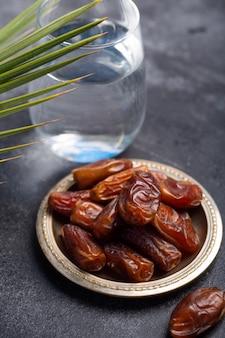 Ramadan dadels en water is traditioneel voedsel voor iftar in de islamitische wereld