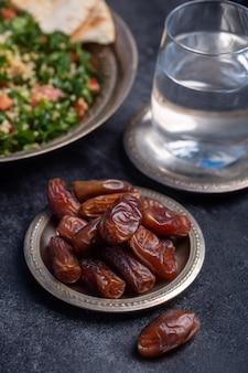 Ramadan dadels, water en tabouleh is traditioneel voedsel voor iftar in de islamitische wereld