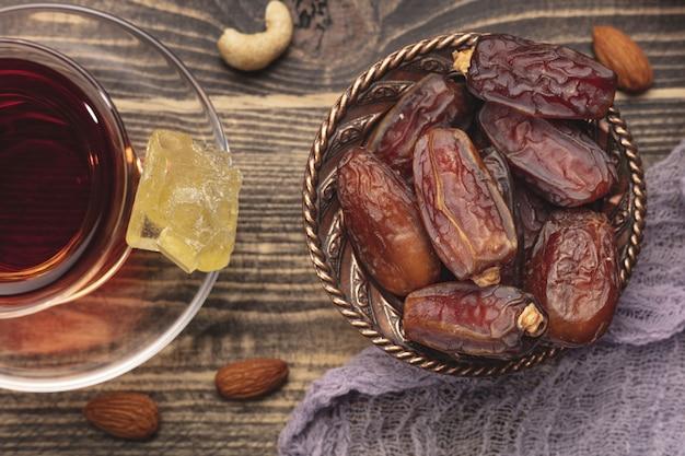 Ramadan samenstelling met kopje thee en gedroogde dadels