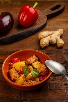 Ramadan suhoor food gestoofd lamsvlees met aardappelen. verticale foto