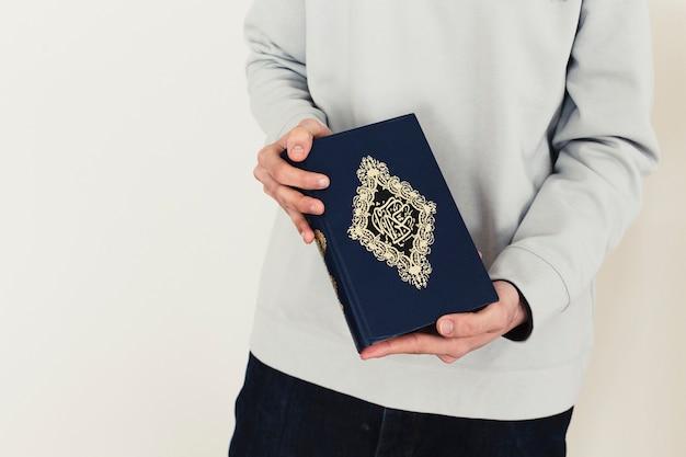 Ramadanconcept met man die quran houden