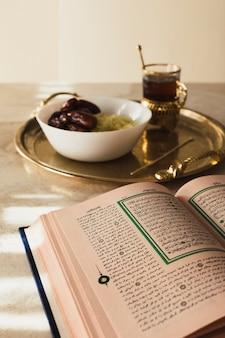 Ramadanconcept met open koran en data