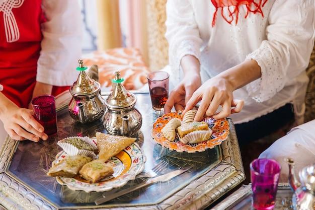 Ramadanconcept met vrienden in restaurant