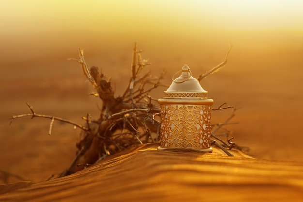 Ramadanlantaarn in de woestijn bij zonsondergang