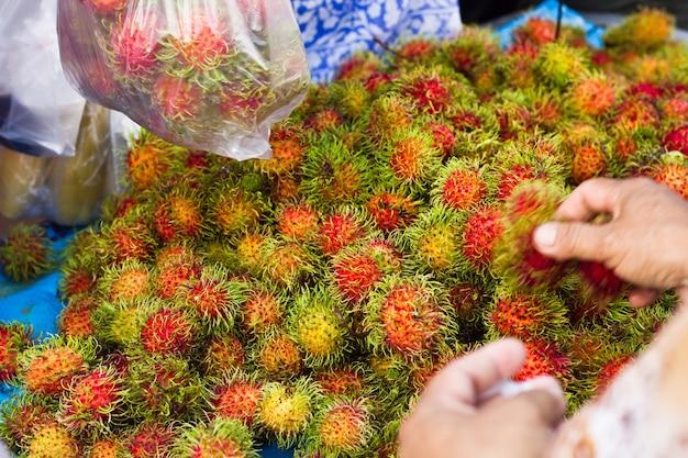 Rambutan is een tropisch fruit uit thailand dat in de markt wordt verkocht.
