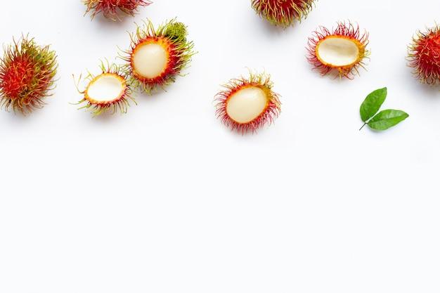 Rambutan op witte achtergrond wordt geïsoleerd die.