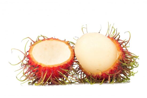 Rambutanfruit op witte achtergrond wordt geïsoleerd die
