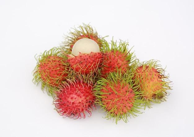 Rambutansfruit op witte achtergrond.