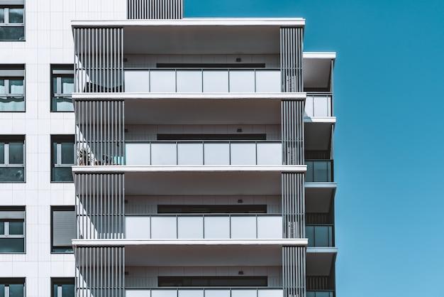 Ramen en balkons van de bovenste verdiepingen van een modern woongebouw