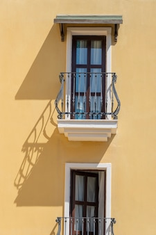 Ramen met balkon op de gevel van het gebouw met gietijzeren ornamenten in bodrum, turkije