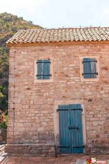 Ramen met luiken op een oud stenen huis, oude architectuur.
